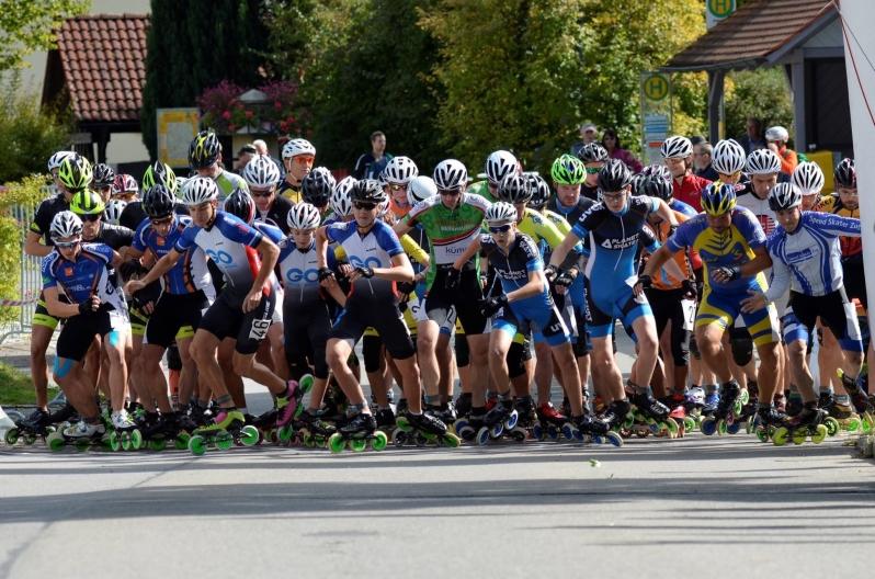 Start des Halbmarathons der Speedskater und -skaterinnen in Ettenkirch pünktlich um 14:30 Uhr. Das Saisonfinale des Baden-Württemberg Inline-Cup 2017 ist eröffnet!